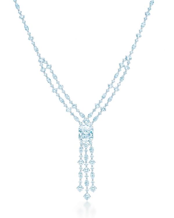 Tiffany流蘇白鑽項鍊,中心鑲有一顆重20.01克拉的矩形改良明亮式切割鑽石,參考價NT$242,550,000。