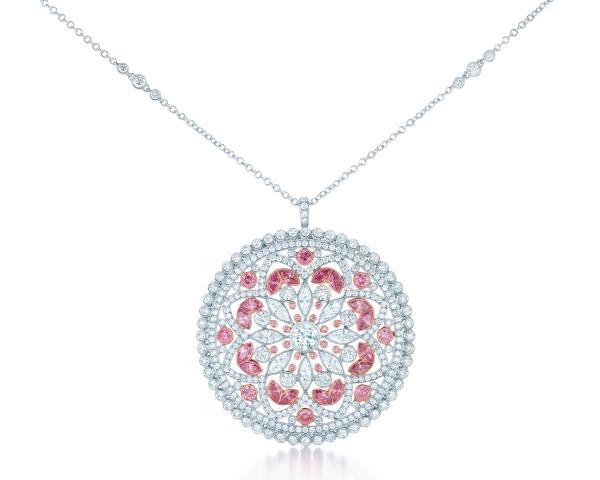 Tiffany鑲粉鑽和白鑽花卉項鍊,鑲嵌白鑽與豔彩粉紅鑽,收錄於2013 Blue Book,參考價NT$7,795,000。
