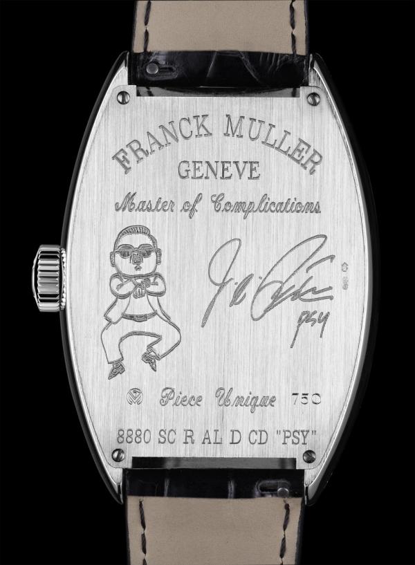 錶背刻著漫畫圖案與PSY簽名式樣,相當具有紀念意義。