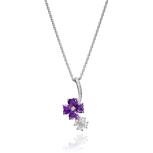 蕭邦高級珠寶For You系列項鍊 18K白金墜鍊鑲嵌鑽石,花型吊墜鑲嵌4顆心形鑽石及4顆心形紫水晶。NT$284,000