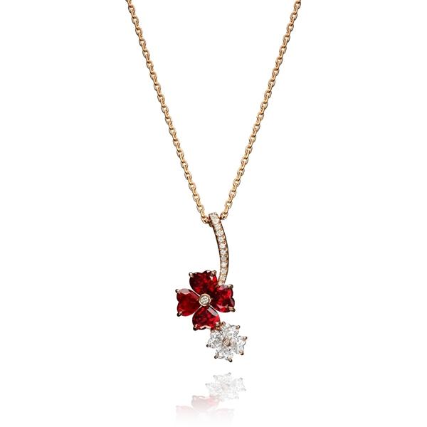 蕭邦高級珠寶For You系列項鍊  18K玫瑰金墜鍊鑲嵌鑽石,花型吊墜鑲嵌4顆鑽石及4顆紅寶石。NT$830,000