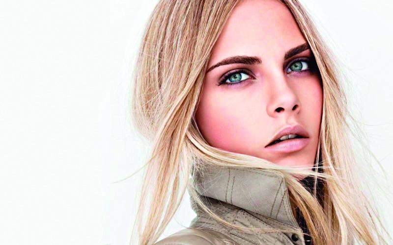 超模 cara delevingne 的俐落濃眉就是她的最佳利器,時尚度滿分。