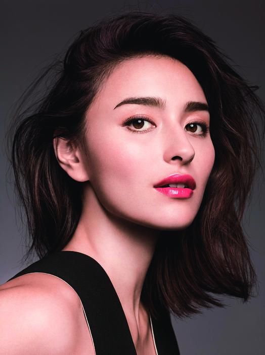 擁有一對粗眉的長谷川潤,搭配亮唇展現不一樣的女人味。