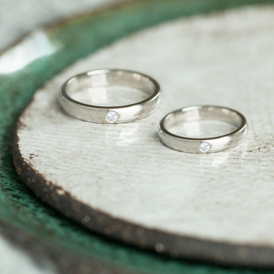 DB Classic 鑽石結婚戒環情境圖。