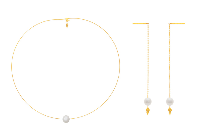 (左) 新芽項圈,12,300元、(右) 新芽耳飾,9,000元。
