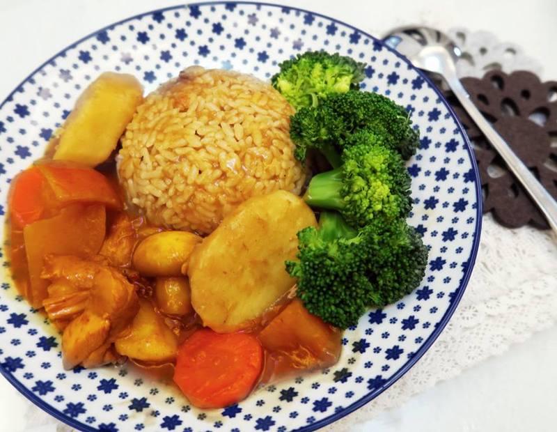 精緻的餐盤,配上自己親手做的料理,簡單就很美味。