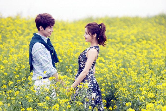 花海中相視而笑的甜蜜兩人,到底是花美還是人更美呢?