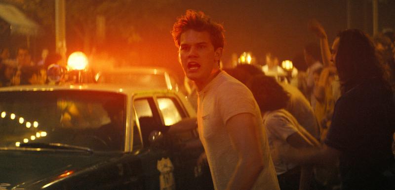 這是電影的首張劇照,中間的那位就是男主角——新生代性感小帥哥Jeremy Irvine。