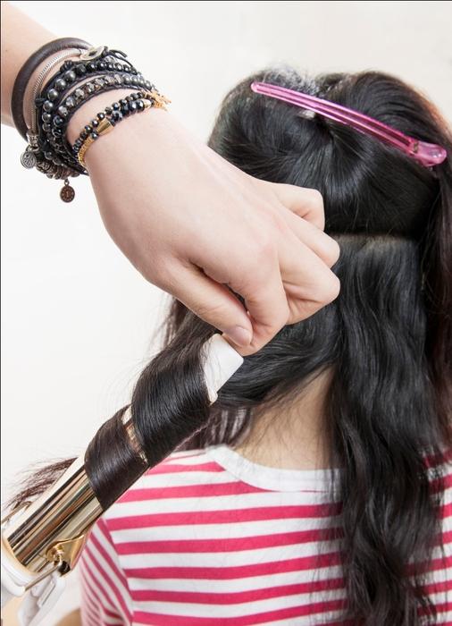 浪漫微捲髮型 STEP1:將頭髮分為上下二層後,抓取下層其中一小束開始順著電棒往上捲(建議電棒直徑:32mm)