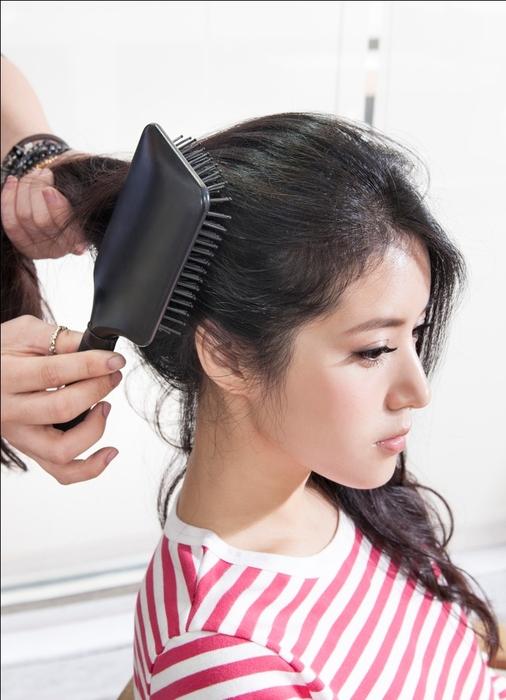 浪漫微捲髮型 STEP4:利用寬板梳整理頭髮,讓捲度更為蓬鬆自然