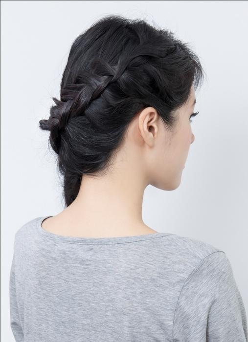 從頭髮上方往下延伸編織辮子