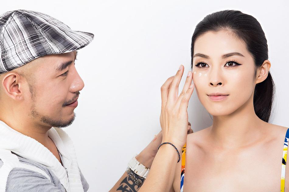 沾取適量膚色飾底乳,均勻點在臉頰上,再以手指輕輕推開。