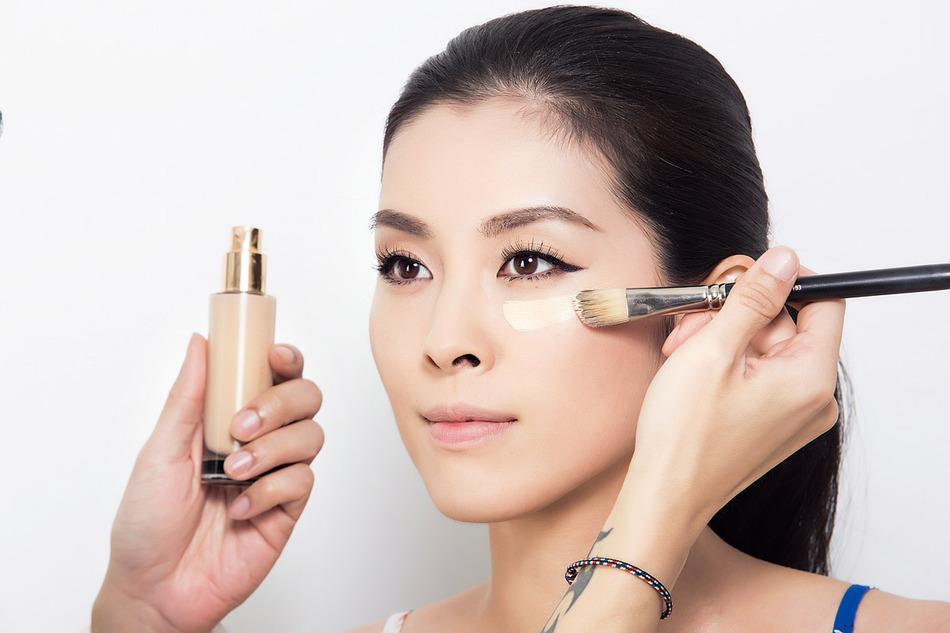 以粉底刷沾取粉底液,由內向外大面積刷開,能快速上妝且不留刷痕。