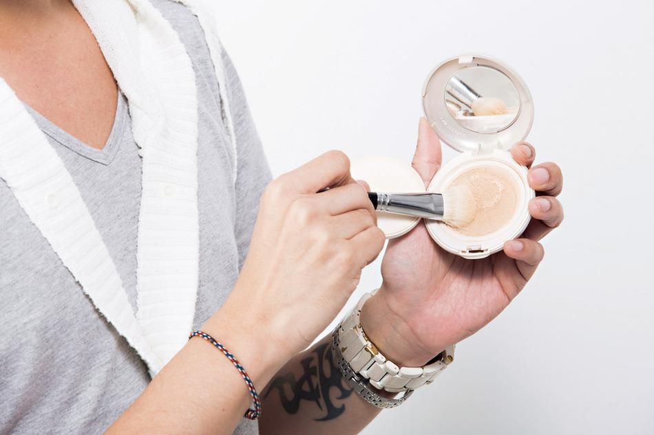 將蜜粉刷在容易出油的鼻翼兩側與眼周,可幫助後續持妝度。