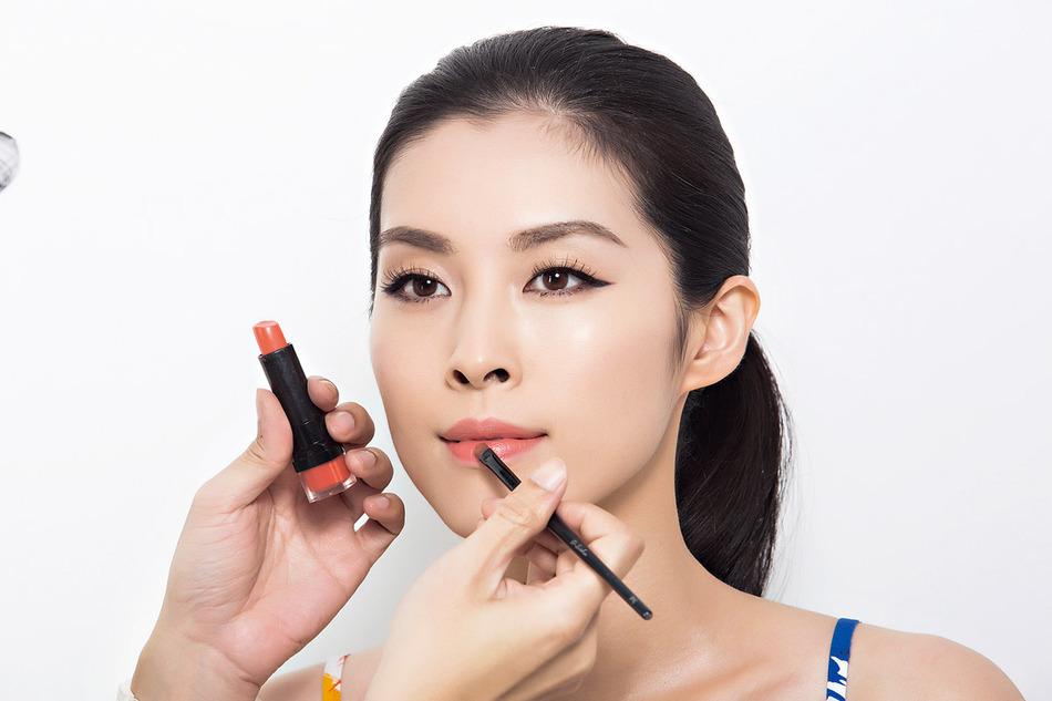 唇膏均勻塗抹於雙唇,均勻上色後再左右來回帶一次,即可做出水光感。