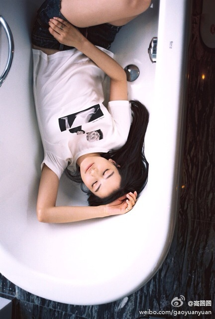 我每天都會泡澡,這對滋潤肌膚很有幫助,洗完澡後身體會立即抹上護膚乳並按摩幫助吸收。