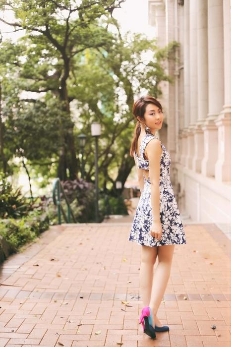 紫粉調的蝶戀花,如果覺得高領顯胖的話,V 領的連身花裙會是夏天很不錯又穩重的選擇