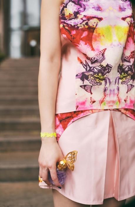 橘粉調的蝶戀花,除了花的圖案,設計師將蝴蝶也穿插其中,看上去構圖和諧又充滿夏日花園的感覺!