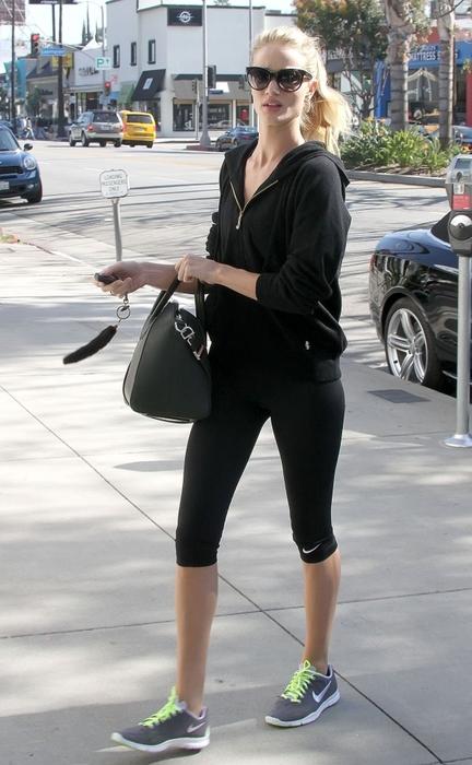 Rosie Huntington Whiteley的運動穿搭,一身貼身的上衣和褲子,加上帶點oversize 的外套和硬挺的手袋!