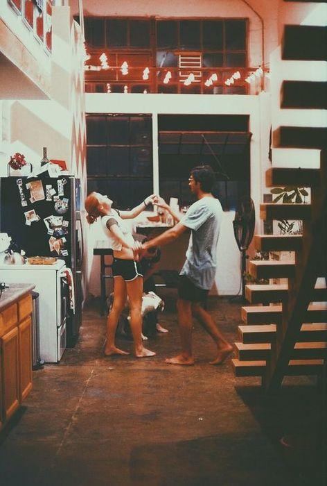 二人談情而不說愛,可觀察對方是否好情人,並確認他真心或假意